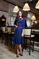 Красивое синее платье с пышной юбкой по колено и принтом роза
