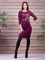 Бордовое платье с надписью на груди