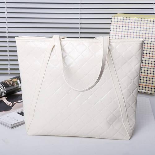 Женская лаковая сумка белого цвета