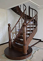 Лестница винтовая деревянная открытая с пригласительной ступенью