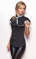 Женская рубашка черного цвета с коротким рукавом, украшена кружевом.