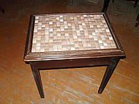 Старый маленький столик