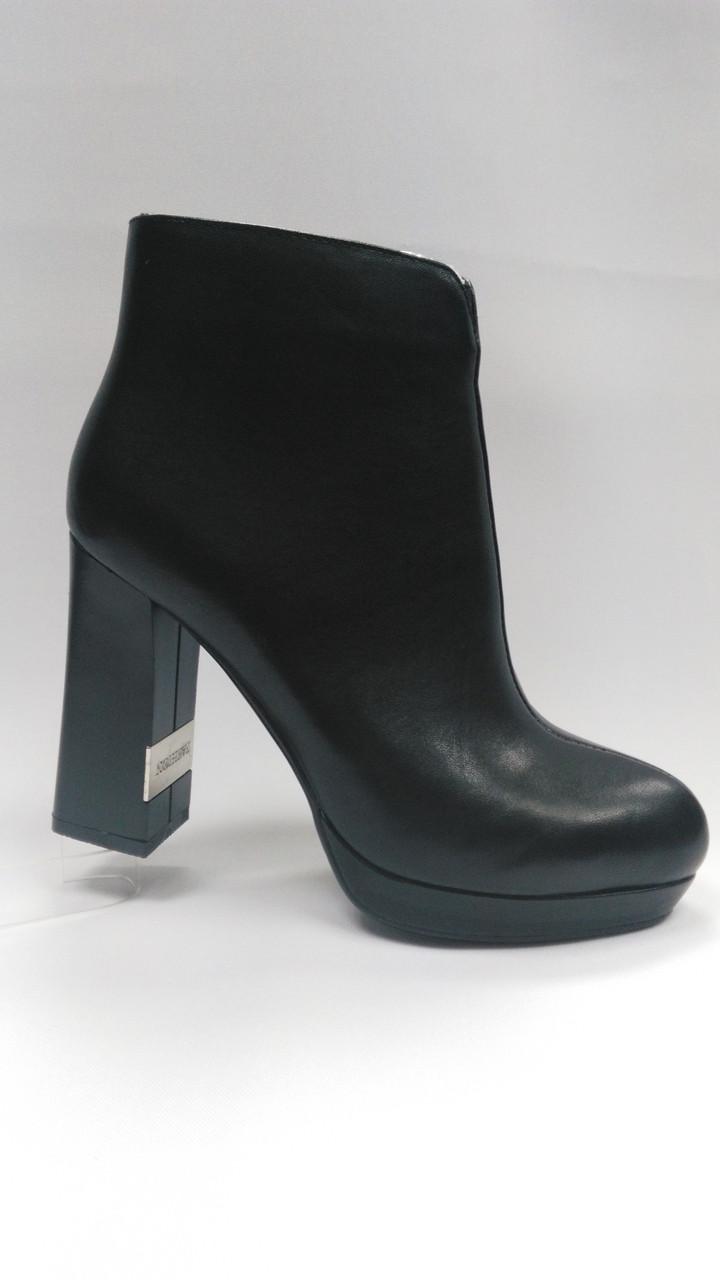 Чорні шкіряні черевики з металевою вставкою на підборах