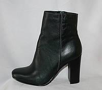 Стильные зеленые женские кожаные полусапожки на высоком каблуке