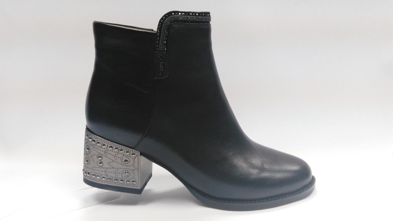 Черные кожаные  ботинки с металлической вставкой на каблуке