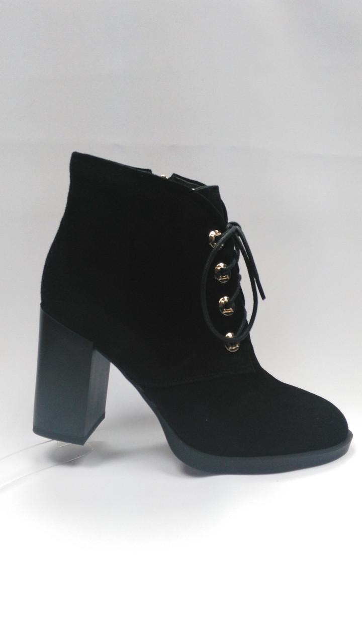 Черные замшевые ботинки на каблуке со шнурками и молнией. Ботильоны.