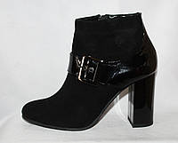 Стильные женские замшевые весенние полусапожки на каблуке с лаковой пяткой и ремешком