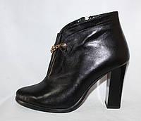 Элегантные женские кожаные весенние полусапожки на каблуке с цепочкой  спереди