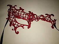 Асимметрическая ажурная маска красная_держит форму