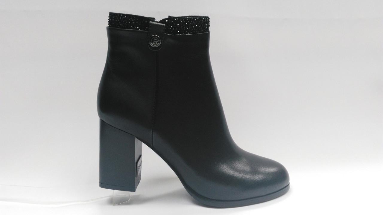 Черные и бордовые  кожаные  ботинки .