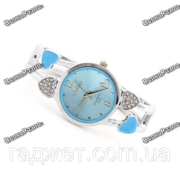 Женские часы с сердечками голубого цвета.