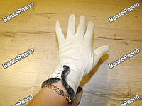 Женские бежевые перчатки.