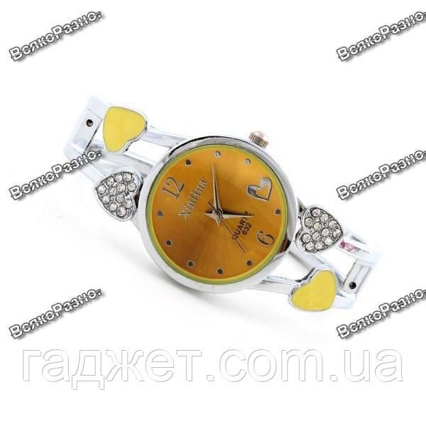 Женские часы с сердечками желтого цвета.