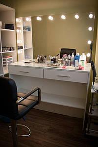 Стол для визажиста, визажный стол с врезными цоколями в зеркало