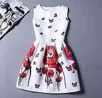 Белое коктейльное приталенное платье с цветами маками и бабочками