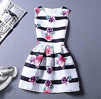 Белое коктейльное полосатое платье с цветами розами