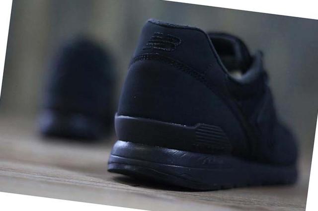 На фото черные New Balance 996 в Украине