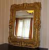 Зеркало в деревянной резной раме в классическом стиле
