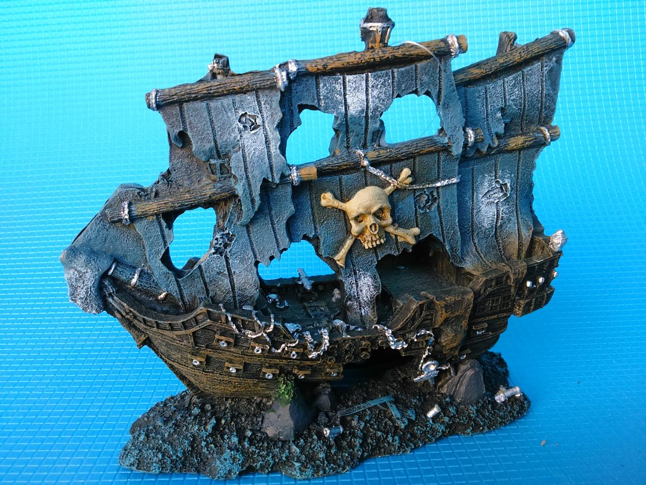 Корабль пиратский с парусами