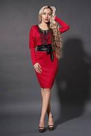 Коктейльное платье в красном цвете декорировано черным кружевом спереди