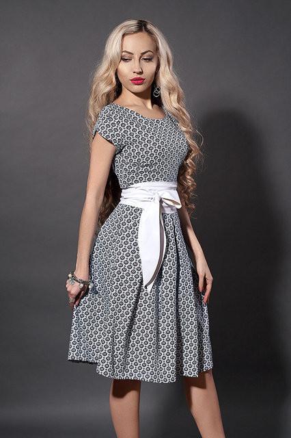 Красивое летнее платье из стрейчевого коттона в серый цветочек