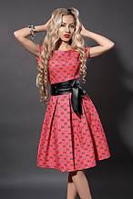Яркое коралловое платье из коттона в модным принтом и поясом