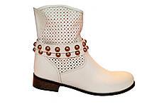Кожаные демисезонные польские женские белые бежевые стильные модные полусапожки с перфорацией Kati