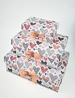 Прямоугольная подарочная коробка ручной работы белого цвета с красно-черными сердцами