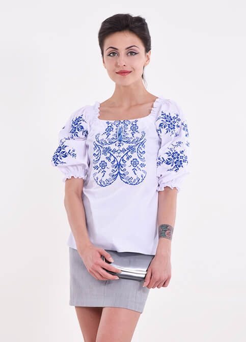 Современная женская блуза  расшита машинной вышивкой крестиком синим узором