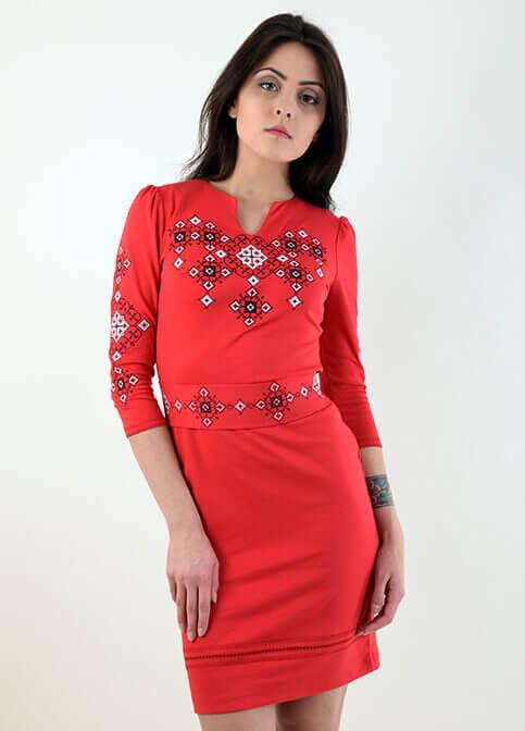 Яркое красное платье выполнено из трикотажа с традиционной вышивкой крестиком