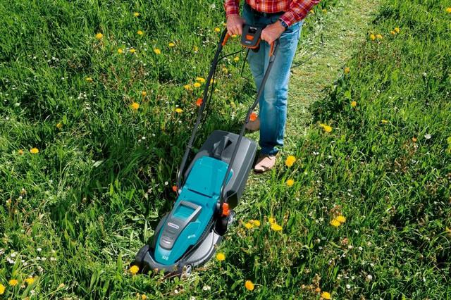 Кошение грубой травы электрической газонокосилкой Gardena 32 E