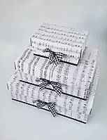 Прямоугольная подарочная коробка ручной работы белого цвета c принтом из нот и чёрным бантиком