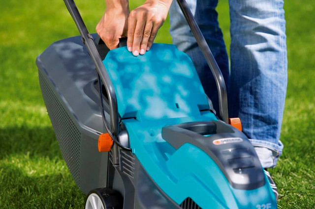 Снимать травосборник на электрической газонокосилке Gardena 32 E легко 1