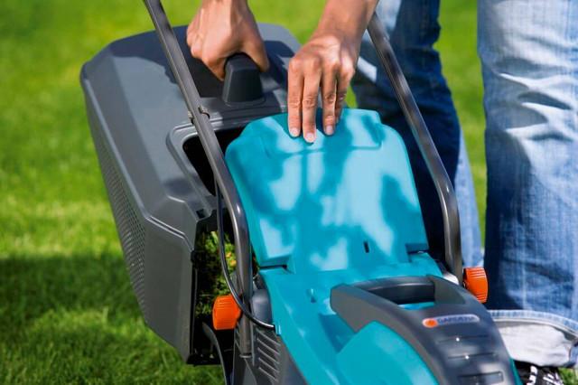 Снимать травосборник на электрической газонокосилке Gardena 32 E легко 2