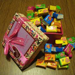 Жуйка Love is в подарунковій коробці (асорті) 50 шт.