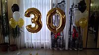 Фольгированная цифра 30 надутая гелием и стойки из гелиевых шариков