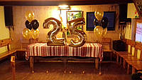 Фольгированная цифра 25 с гелием и стойки из шаров надутых гелием