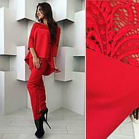 Красивый  женский  брючный костюм с ассиметричной блузой с гипюром красный