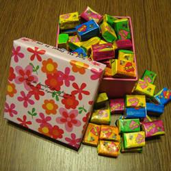 Жуйка Love is в подарунковій коробці (асорті) 70 шт.