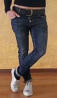 Молодежные женские джинсы бойфренды Турция потертые с красным поясом