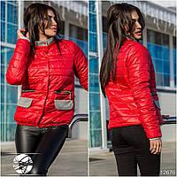 Оригинальная демисезонная курточка с воротником, декорирована вставками контрастного цвета.