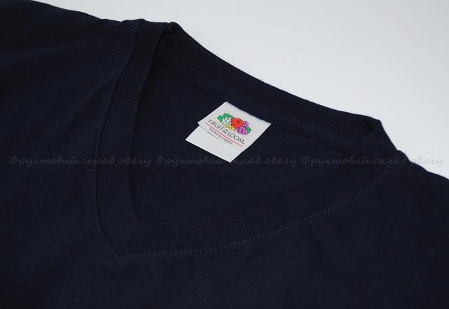 Глубоко тёмно-синяя мужская футболка с V-вырезом