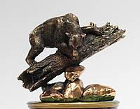 Статуэтка Медведь на бревне с медным покрытием
