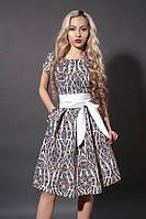 Женское платье с абстрактным прнитом и белым поясом