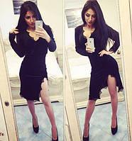 Бархатное облегающее чёрное платье с разрезом на ноге