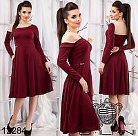 Элегантное платье приталенного силуэта с клешеной юбкой, декорированное асимметричной вставкой на плечах.