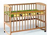 Детская кроватка с подвижной боковиной, дугами и колесами (бук)