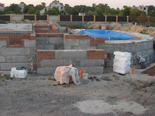 Фундамент на стадии строительства