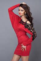 Эффектное платье-туника красного цвета плечо декорировано черным кружевом