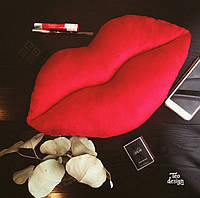 Подушка в форме губ велюровая
